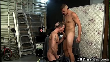 Hung hunk gets sucked