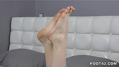 Ria enjoys giving sexy footjob